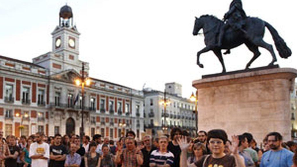 Un momento de la concentración que los 'indignados' han llevado a cabo este agosto en la Puerta del Sol de la capital. Foto: EFE