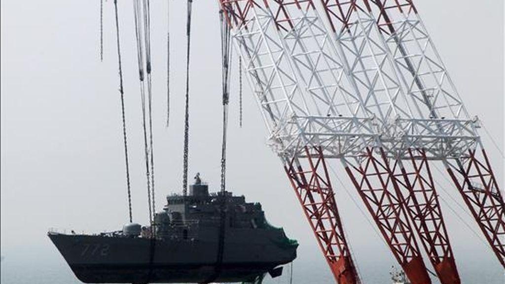 Fotografía de archivo con fecha del 24 de abril que muestra a una grúa mientras rescata una corbeta en el Mar Amarillo cerca de la isla de Baengnyeong (Corea del Sur). El Consejo de Seguridad de la ONU ha emitido un comunicado en el que condena unánimemente el ataque contra un barco de Corea del Sur el pasado mes de marzo. EFE