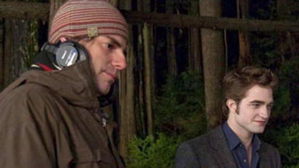 Weizt en un momento del rodaje de Luna Nueva junto a Robert Pattinson, el vampiro más amado de la saga Crepúsculo.