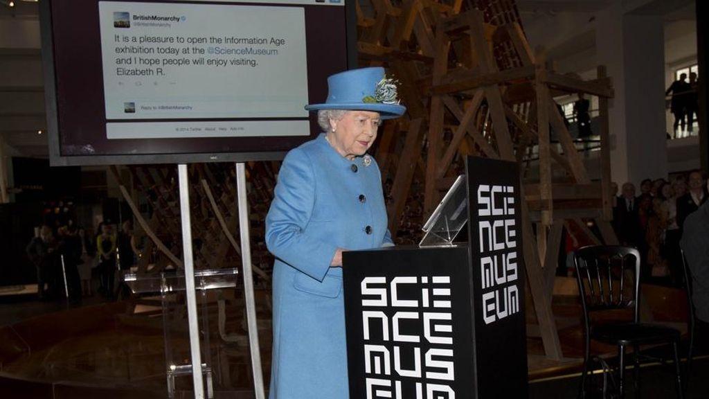 La reina Isabel II manda su primer tuit