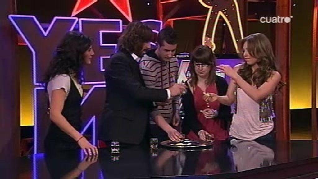 Thalia enseña a Santi a tomarse tequila en condiciones