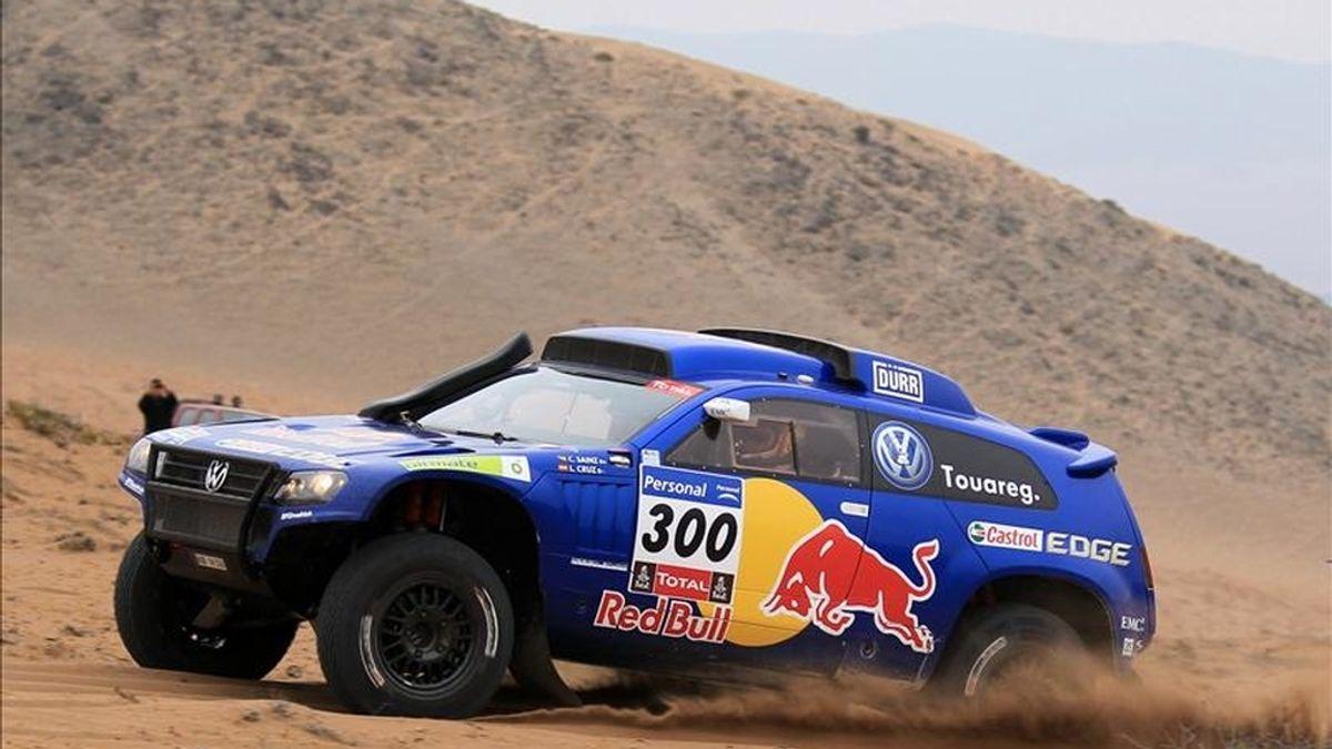 """El piloto español Carlos Sáinz compite durante la novena etapa del """"Rally"""" Dakar en Copiapó (Chile). EFE"""
