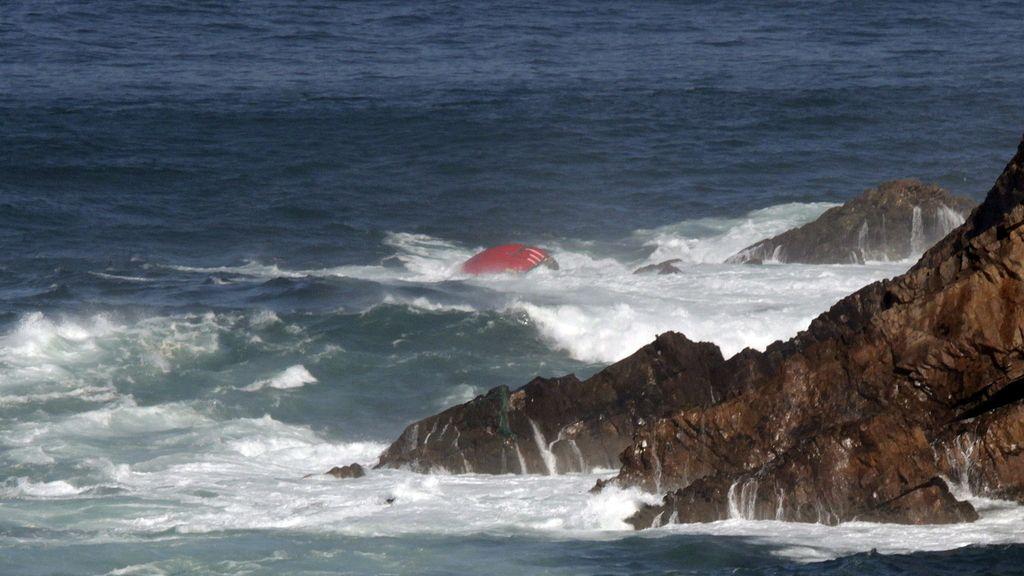 Proa del pesquero gallego hundido en las costa asturiana
