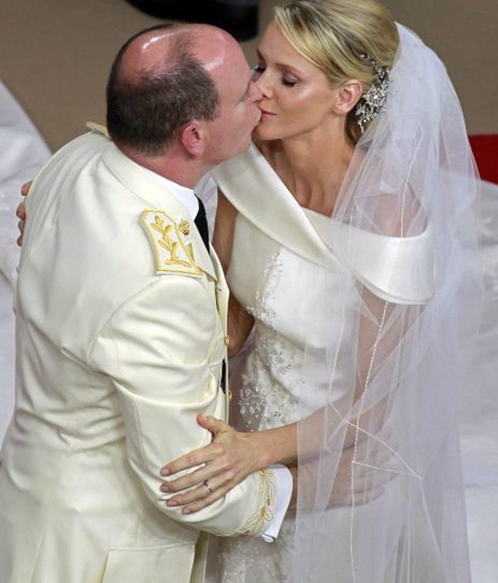 Alberto y Charlene se besan, ya convertidos en marido y mujer