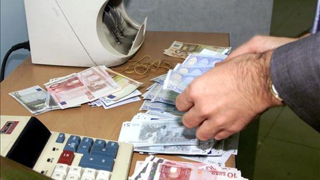 Una máquina cuenta billetes de euros en una sucursal bancaria. EFE/Archivo