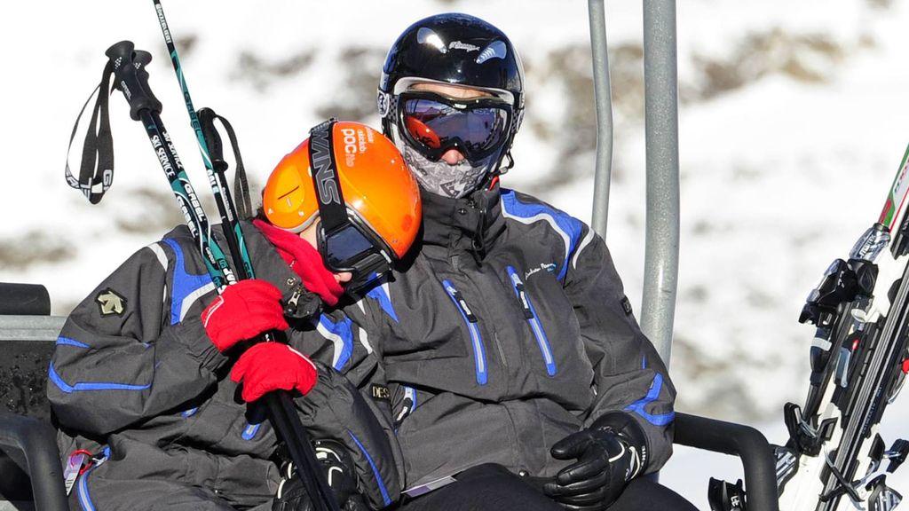 La Infanta Elena con su hija esquiando