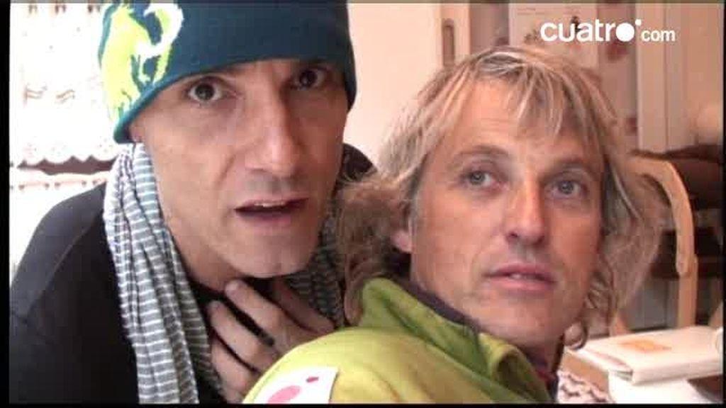 EXCLUSIVA: Jesús Calleja y Jesús Vázquez visitan un bar en el que ofrecen la compañía de gatos