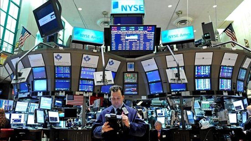 Según los datos disponibles al terminar la jornada, ese indicador perdió 15,87 puntos y cerró a 8.539,73 unidades, mientras que el selectivo S&P 500 subió el 0,31% y el mercado tecnológico Nasdaq avanzó el 1,09%. EFE/Archivo