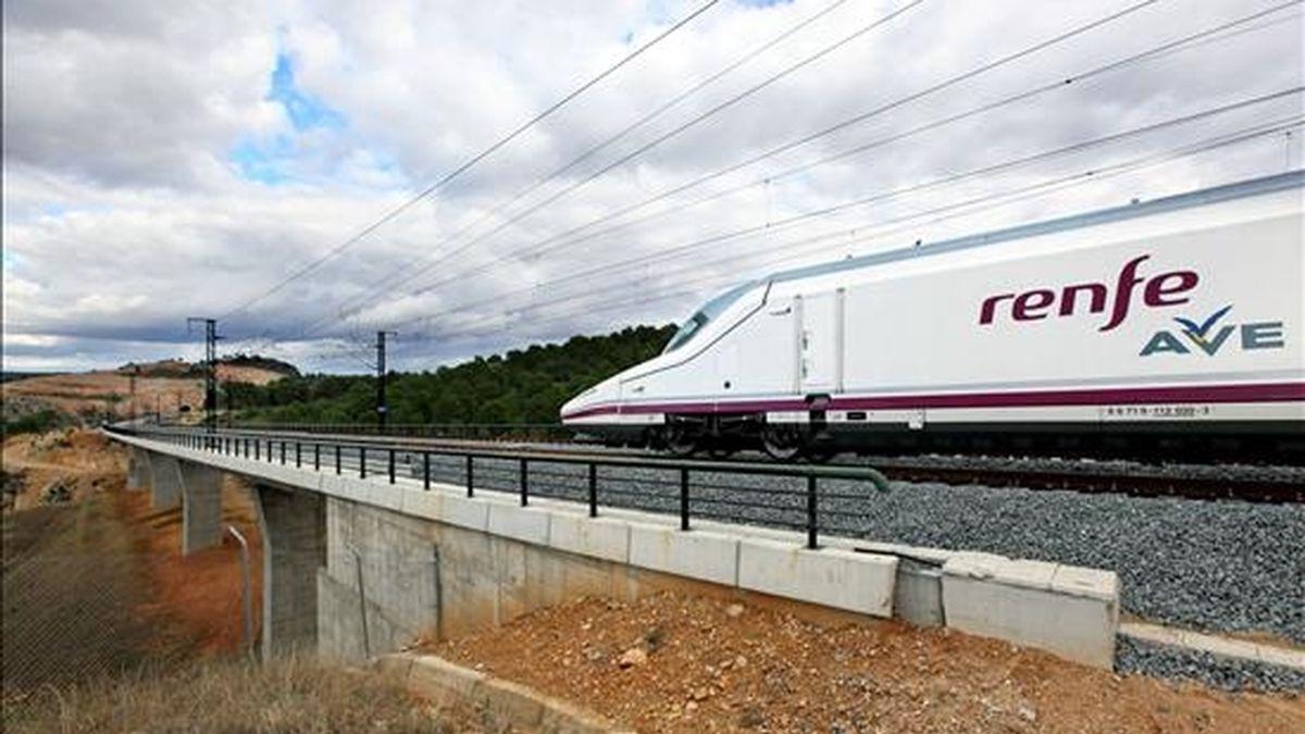 El tren Talgo-Bombardier S-112 durante el primer viaje en pruebas del AVE Madrid-Valencia. EFE/Archivo