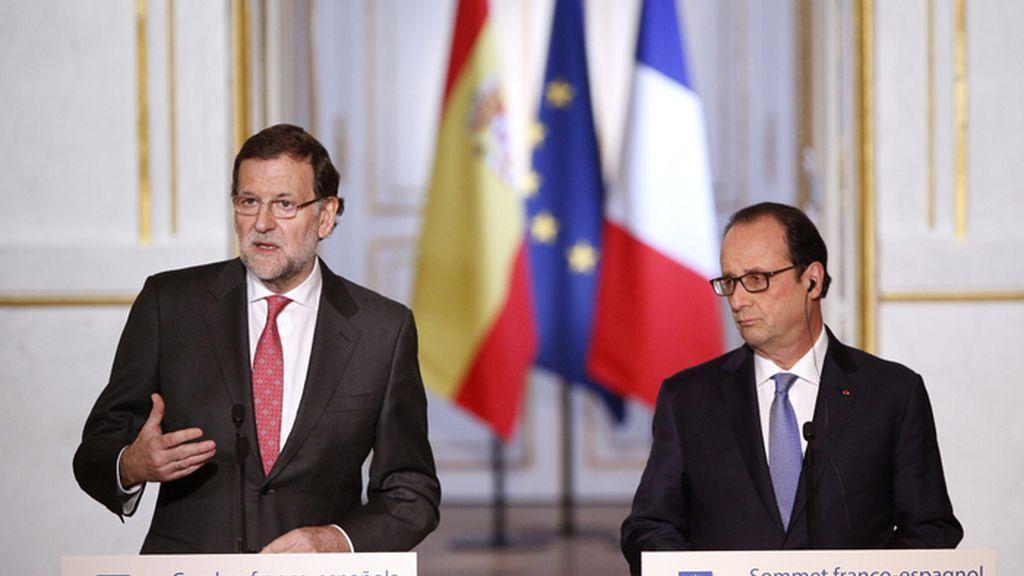 Rueda de prensa de François Hollande (d), y Mariano Rajoy (i), en París