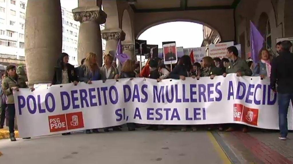 """Rodean la Catedral de Santiago tras una marcha por el aborto """"libre y gratuito"""""""