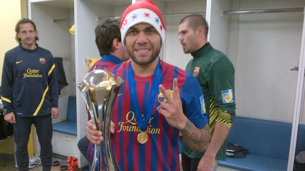 Alves celebra la victoria con la copa y un gorro de Papá Noel