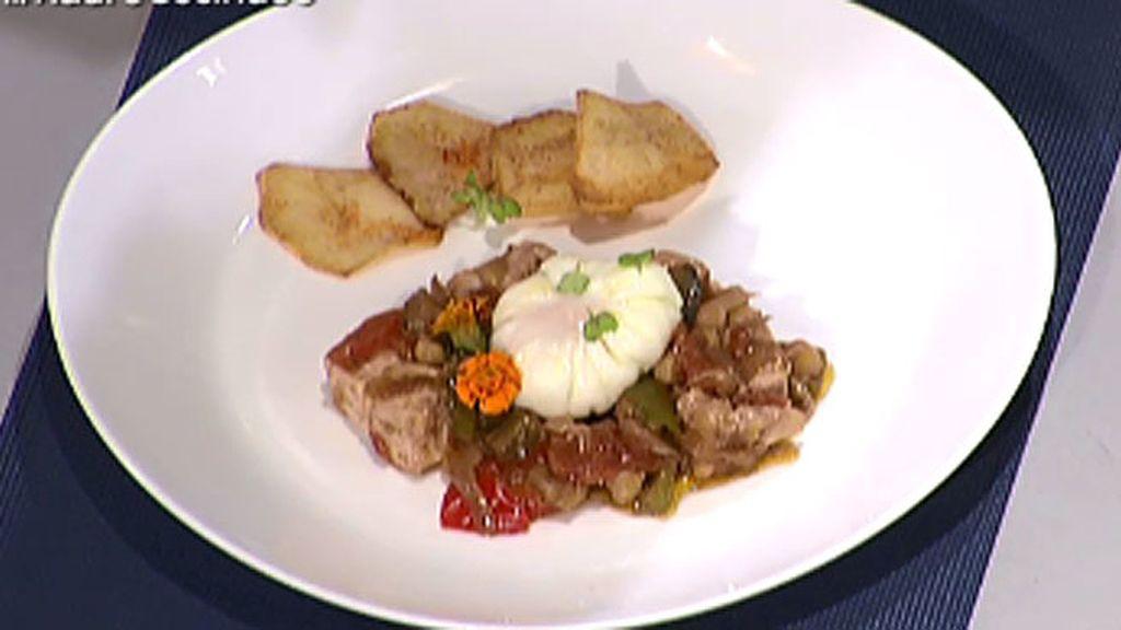 Pez espada en sanfaina con patatas al pimentón y huevo poché