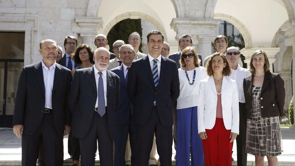 """El secretario general del PSOE, Pedro Sánchez, presenta el equipo de expertos en derecho con los que pretende preparar la """"profunda revisión"""" de la Carta Magna"""