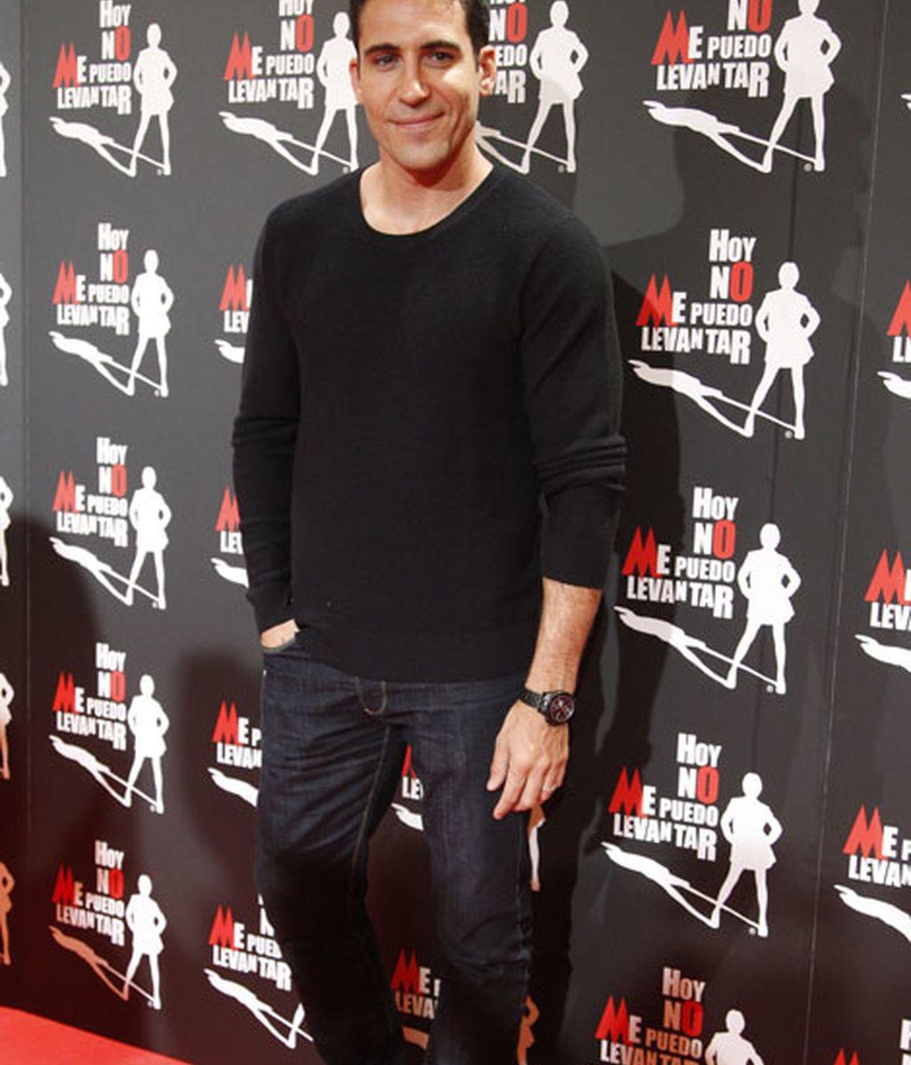 Miguel Ángel Silvestre acudió vestido de negro