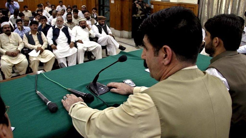 Akhundzada Chattan, miembro de la Asamblea Nacional de Pakistán, (i), y otros líderes tribales participan en una rueda de prensa para informar sobre los ataques estadounidenses sobre las regiones tribales paquistaníes. EFE