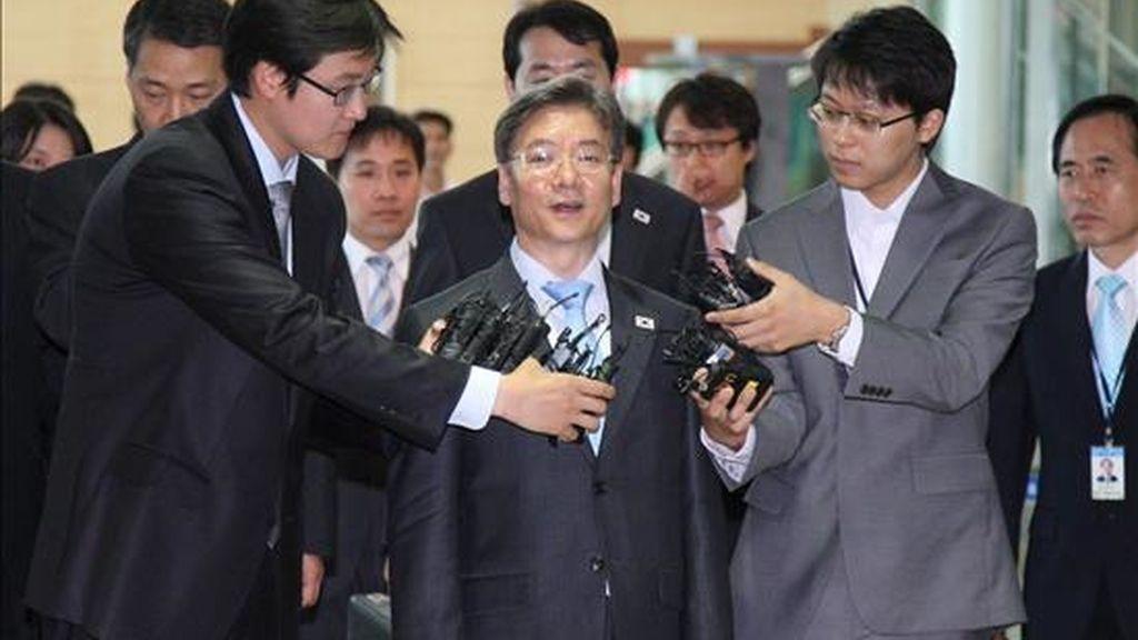 El líder de la delegación de Corea del Sur Kim Young-tak (c) habla con la prensa hoy, 11 de junio, antes de dirigirse a una oficina de tránsito cerca a la zona desmilitarizada (DMZ) en la provincia Gyeonggi de Corea del Sur. EFE/YONHAP