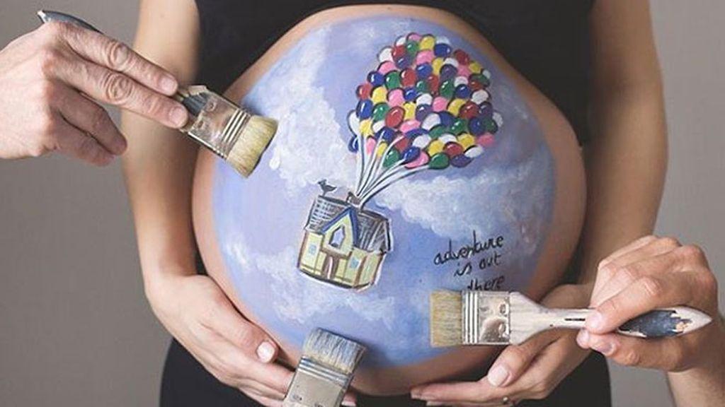 Dibujos personalizados adornan temporalmente la piel de las futuras madres