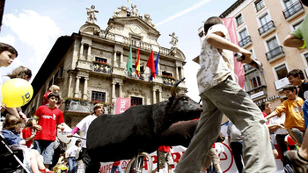 """Los más jóvenes pamplonicas """"calientan motores"""" para los próximos Sanfermines y participan en uno de los encierros con toros simulados. Vídeo: Telecinco"""