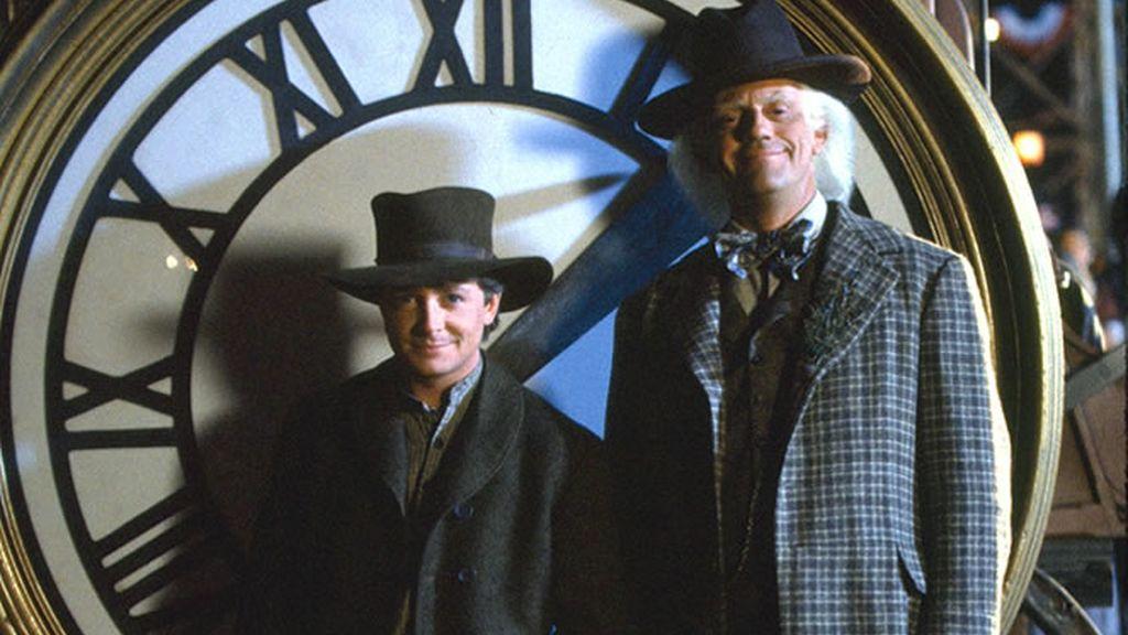 Doc y Marty McFly delante del reloj