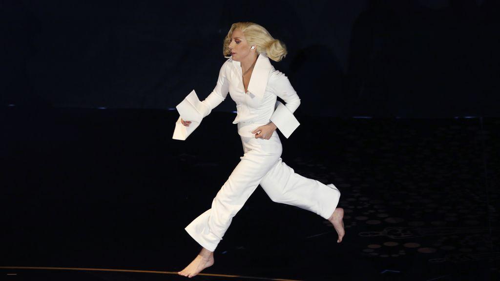 Lady Gaga corriendo tras el escenario de los Óscar