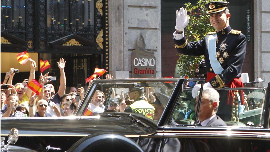 El nuevo rey, Felipe VI, recorre las calles de Madrid
