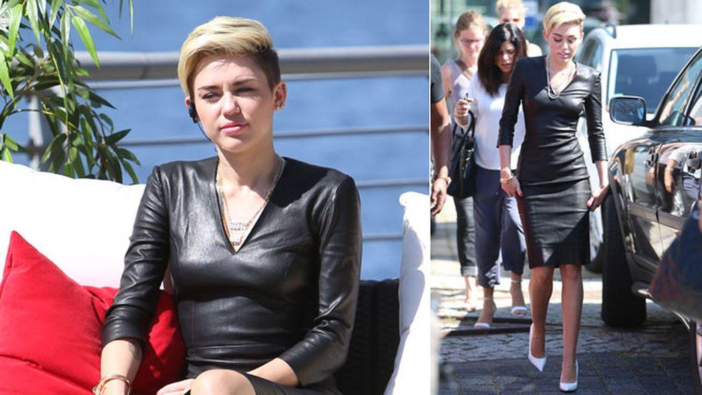Miley Cyrus combinó su vestido de cuero con unos zapatos blancos