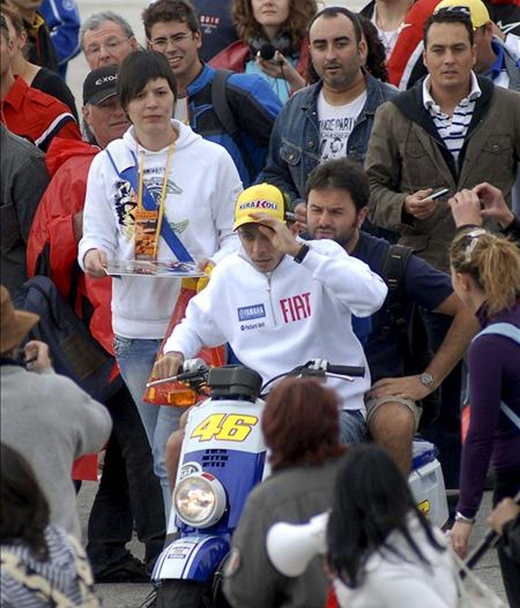 El piloto italiano Valentino Rossi (c), actual campeón del mundo de Moto GP, pasea rodeado de aficionados hoy durante el último día de entrenamientos IRTA en Jerez. EFE