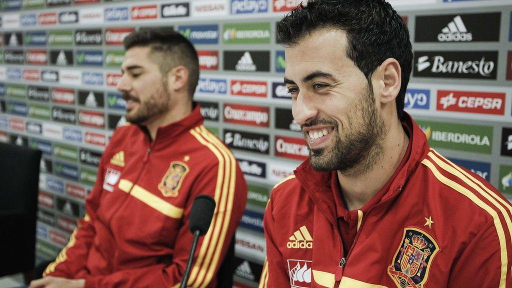 Sergio Busquet y Javi Martínez, durante la rueda de prensa en la Ciudad del Fútbol de Las Rozas