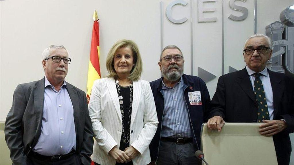 Ignacio Fernández Toxo y Cándido Méndez junto a la ministra de empleo