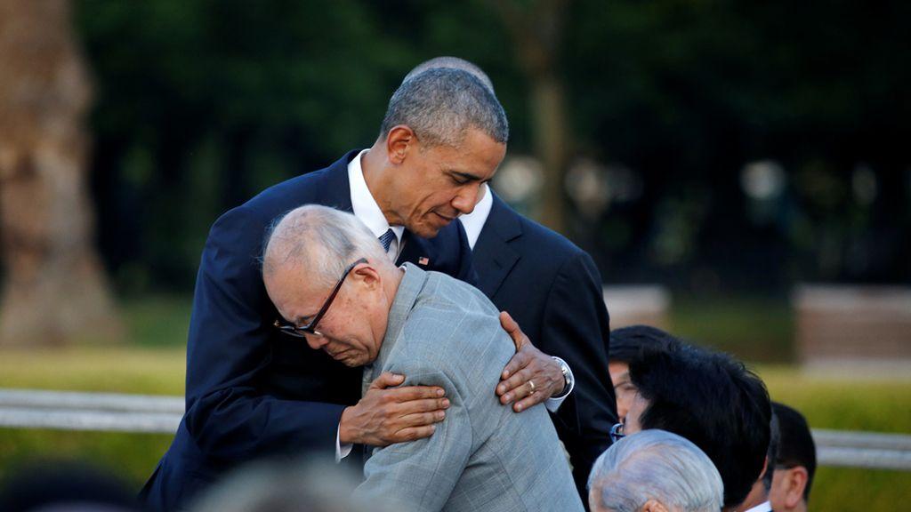 Obama consuela a un superviviente de Hiroshima