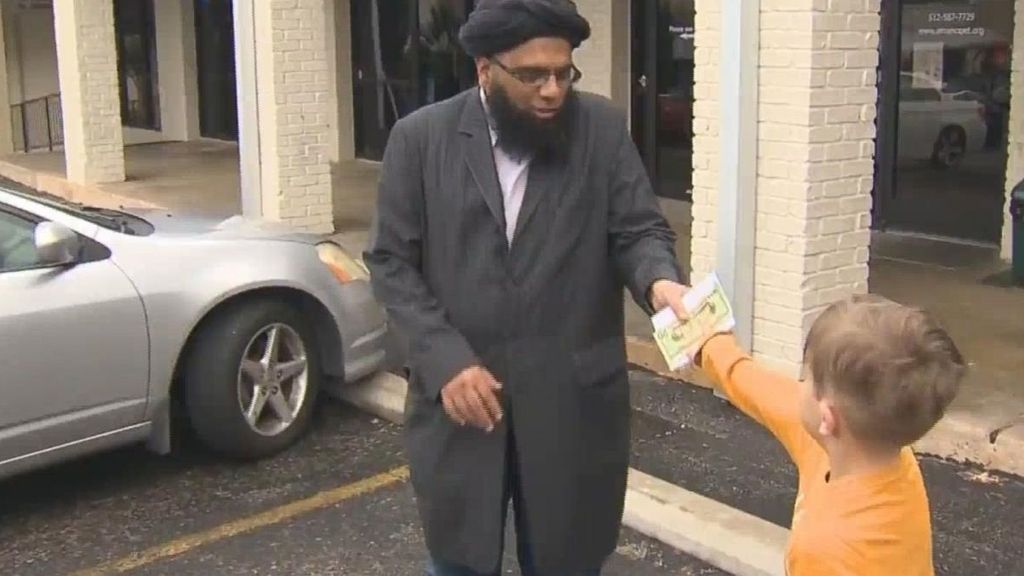 Un niño texano de siete años dona sus ahorros a una mezquita atacada
