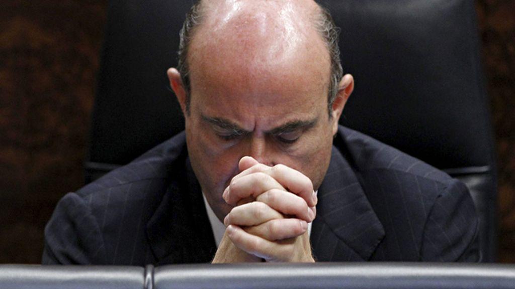 De Guidos, en el Congreso, con gesto reflexivo, durante la presentación de la medidas antidéficit del gobierno