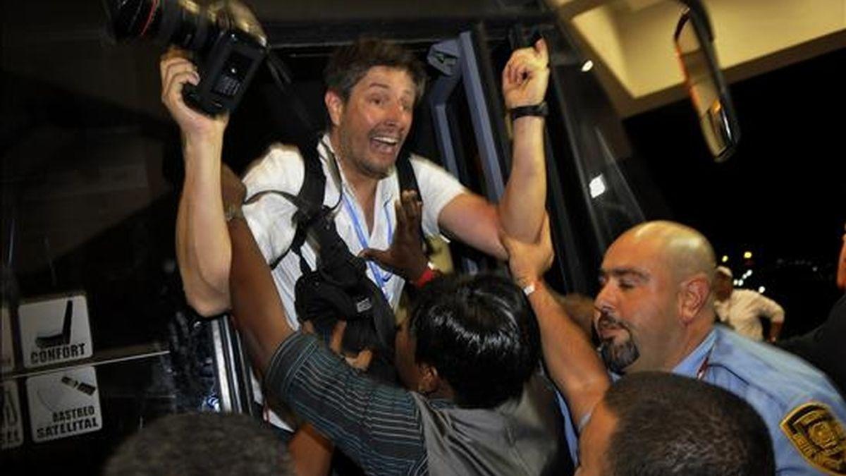 El fotógrafo de la agencia Reuters, Jorge Silva, es agredido por miembros del cuerpo de seguridad de Naciones Unidas, luego de que intentaran quitarle su acreditación y este se negara a devolverla, en el marco de la Cumbre de Cambio Climático en Cancún (México). EFE