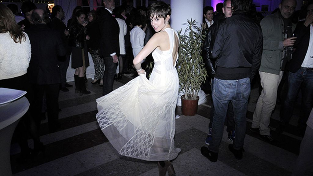 Verónica Echegui marcándose unos pasos de baile
