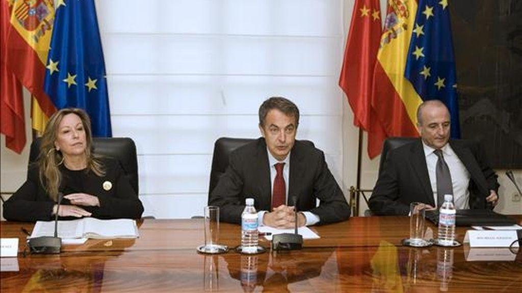 El presidente del Gobierno, José Luis Rodríguez Zapatero (c), acompañado de la ministra de Asuntos Exteriores, Trinidad Jiménez, y el ministro de Industria, Turismo y Comercio, Miguel Sebastián (d), durante una reunión ayer, en el Palacio de la Moncloa. EFE