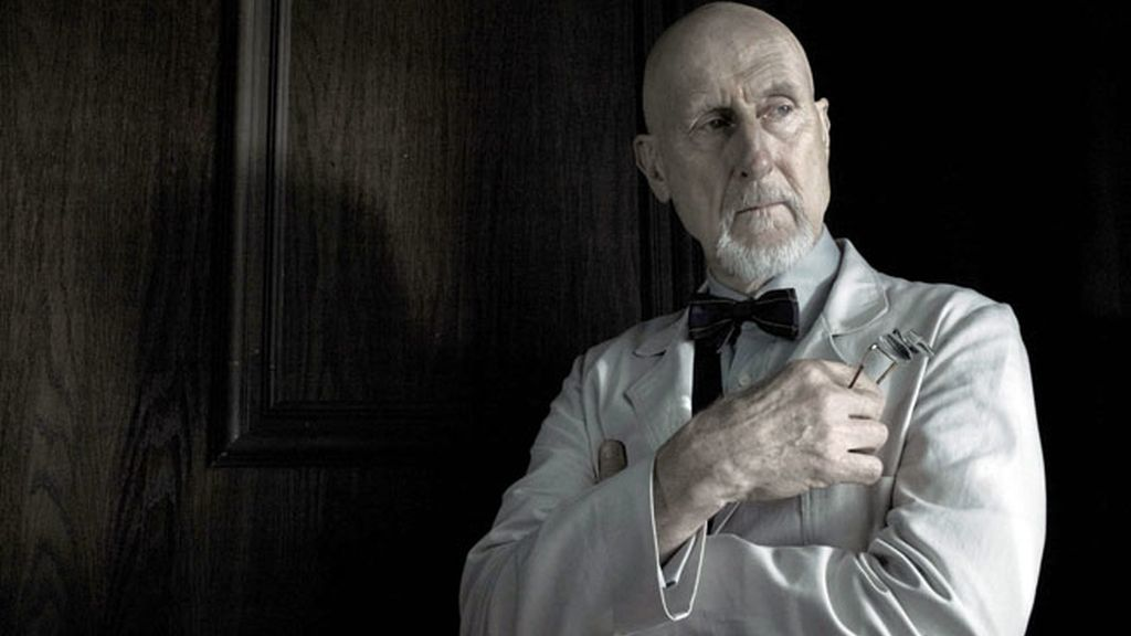 James Cromwell es el doctor Arthur Arden