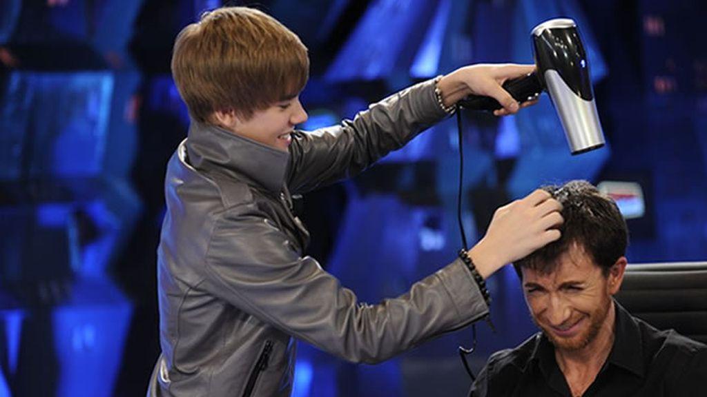 Justin Bieber arreglando el alborotado pelo de Pablo