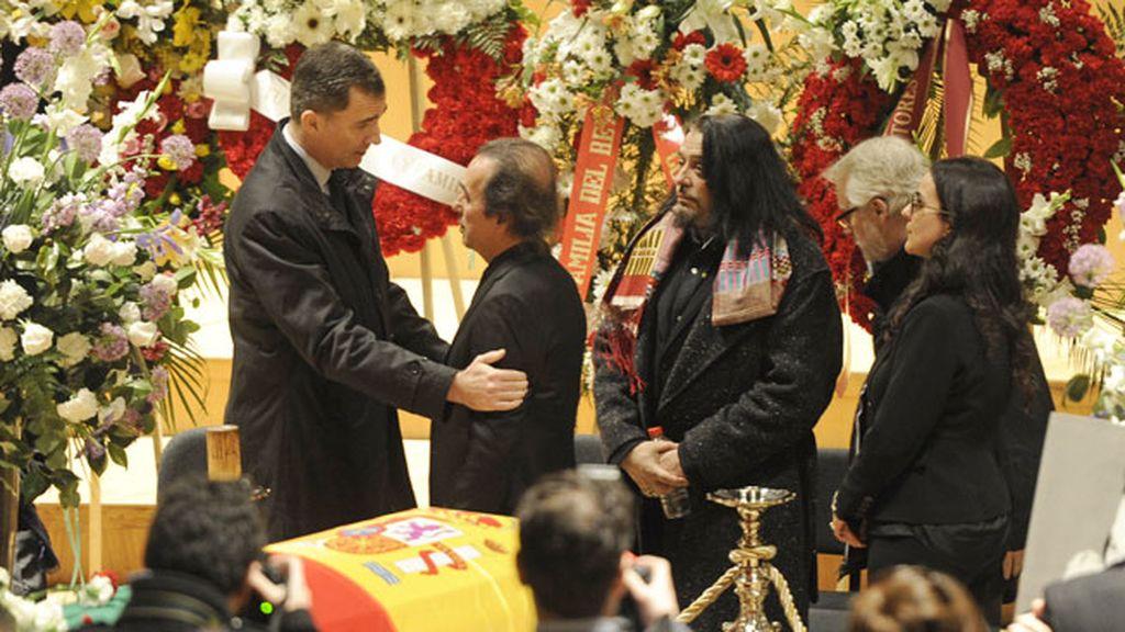 Príncipe Felipe dando el pesame a Pepe de Lucía, hermano de Paco y padre de Malú