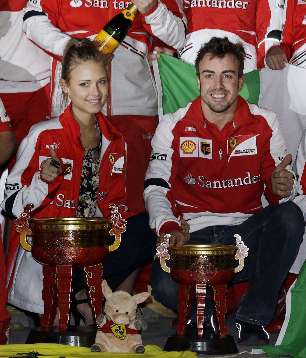 Fernando Alonso celebra la victoria de Shanghái junto a su chica