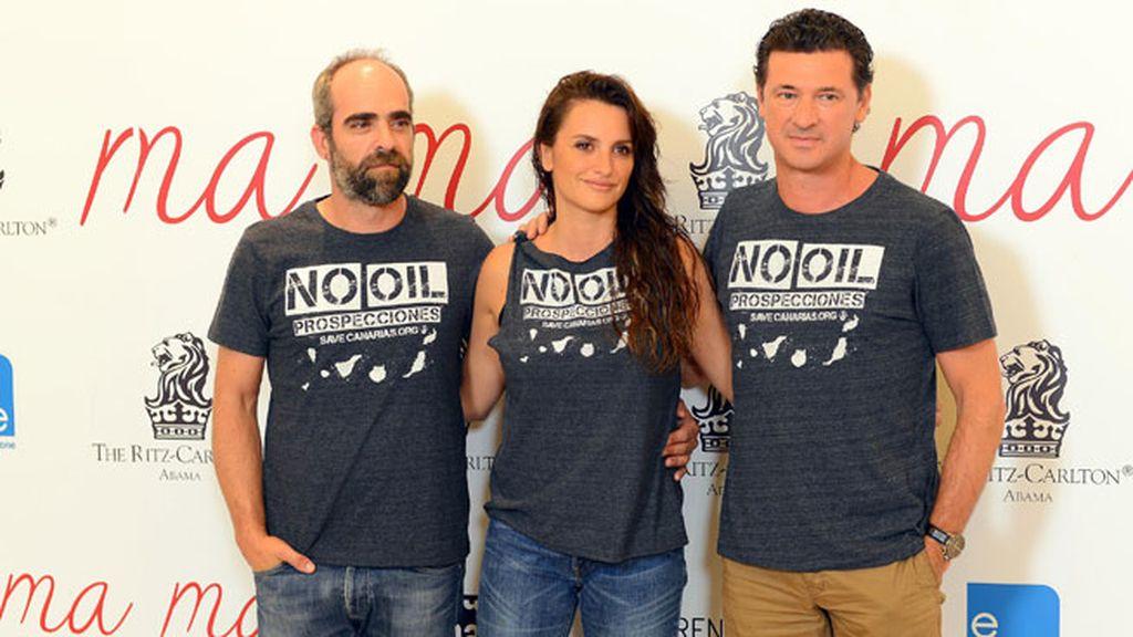 Posaron con una camiseta en protesta por los sondeos petrolíferos en Canarias