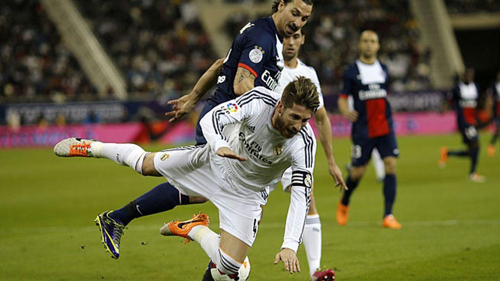 Ibrahimovic comete falta sobre Ramos