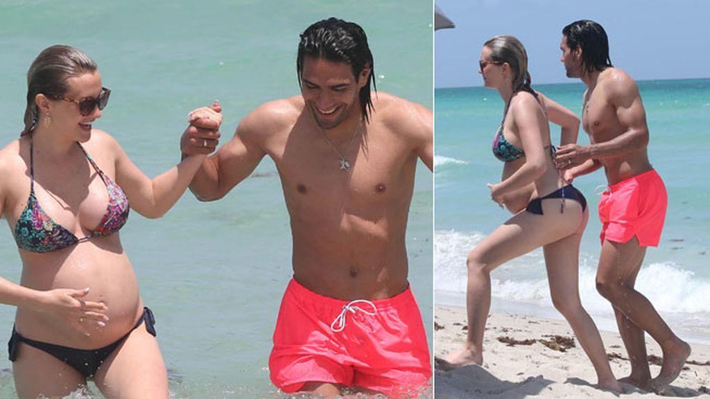 La pareja se ha relajado en la playa
