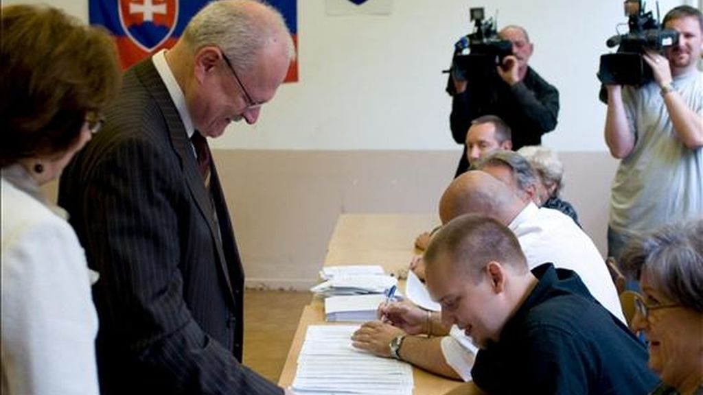 El presidente eslovaco, Ivan Gasparovic (segundo por la izquierda), ejerce su derecho al voto, hoy junto a su esposa Silvia Gasparovicova en un colegio electoral de Bratislava, Eslovaquia. EFE