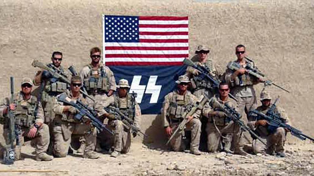 Un grupo de marines de EEUU posa con una bandera nazi en Afganistán