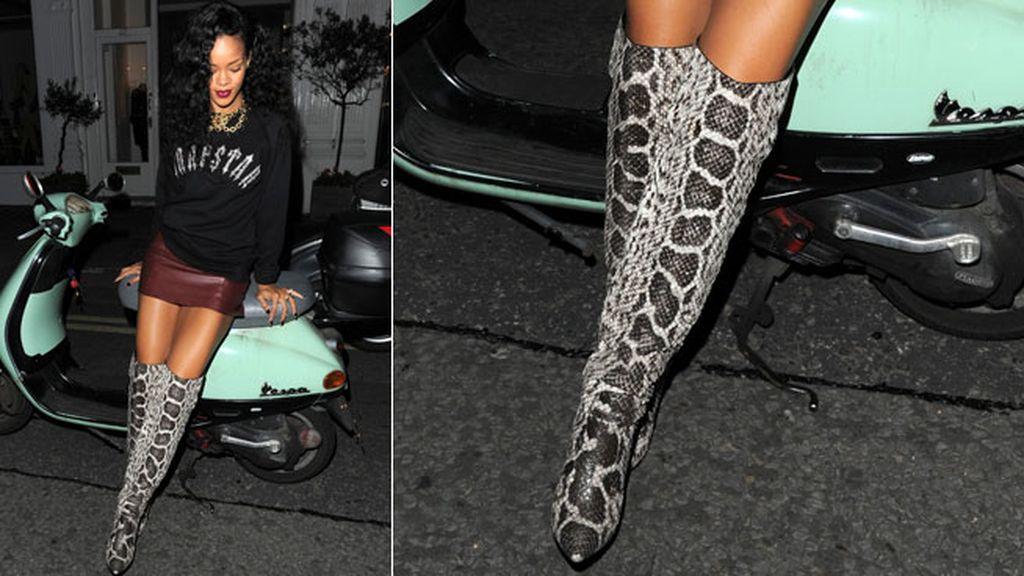 Rihanna completó su estilo casual con botas de caña alta
