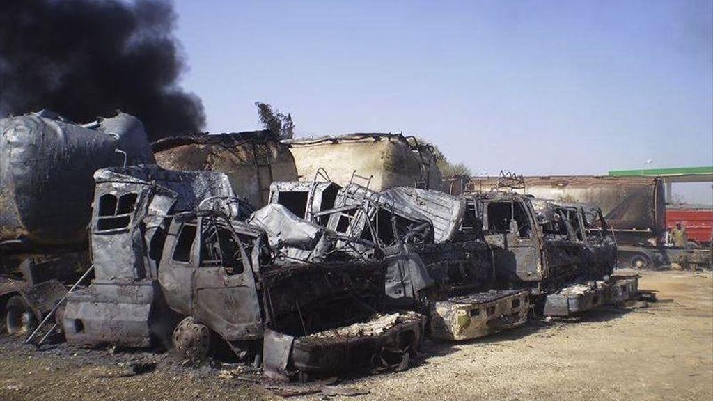 Vista de varios camiones cisterna, que transportaban combustible a las tropas de la OTAN desplegadas en Afganistán, tras ser quemados hoy por varios hombres armados en Dera Murad Jamali (Pakistán). EFE