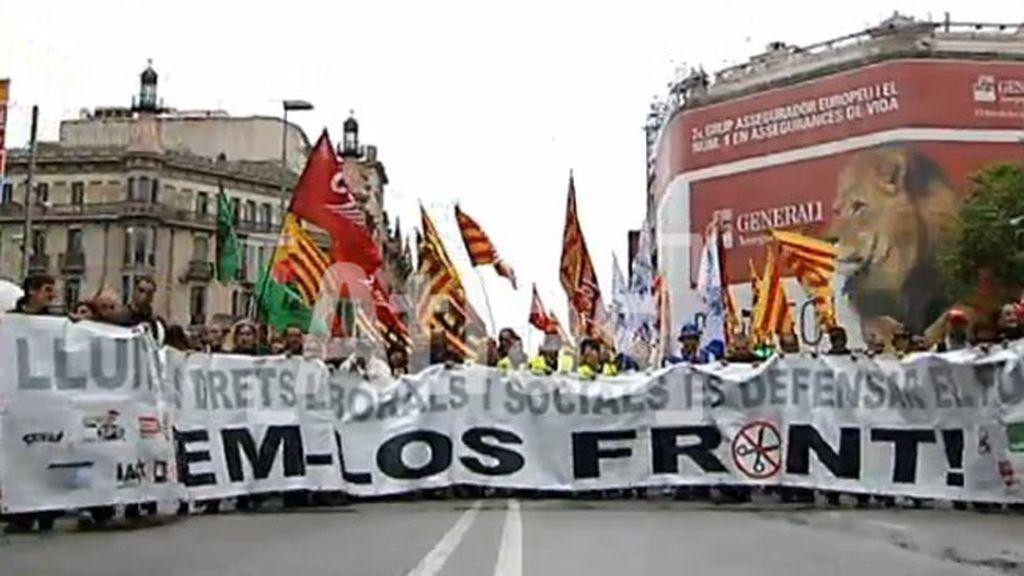 Miles de personas marchan en Barcelona contra los recortes