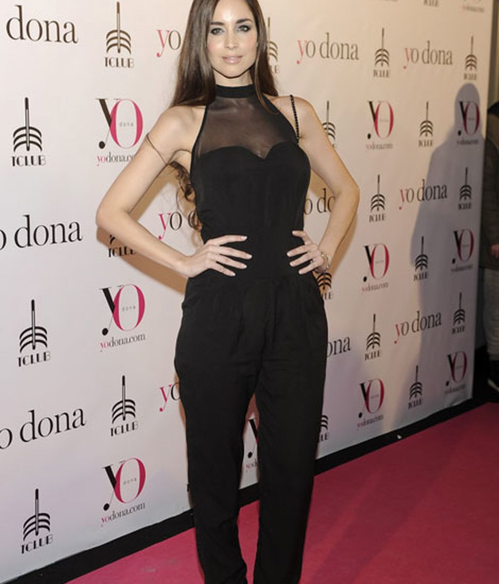 La modelo Lorena Van Heerde con un mono de color negro