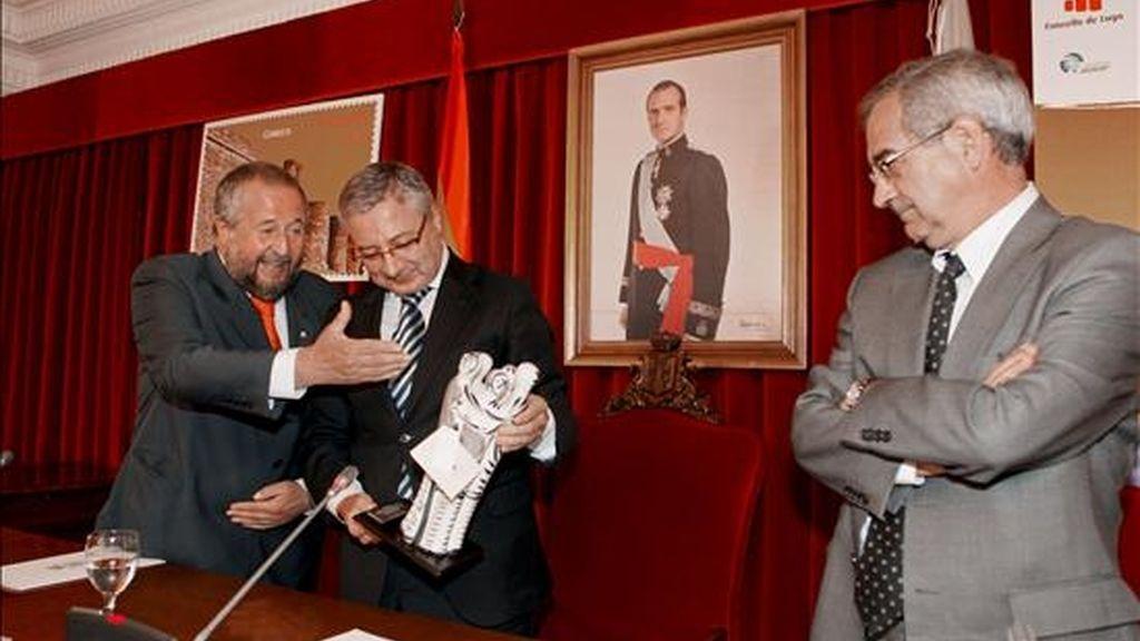 El ministro de Fomento, José Blanco (c), en el ayuntamiento de Lugo acompañado por el alcalde, José López Orozco (i), y Fernando la Fuente Felez (d), presidente de Correos y Telégrafos, en el aniversario de la Muralla de Lugo como patrimonio de la Humanidad. EFE